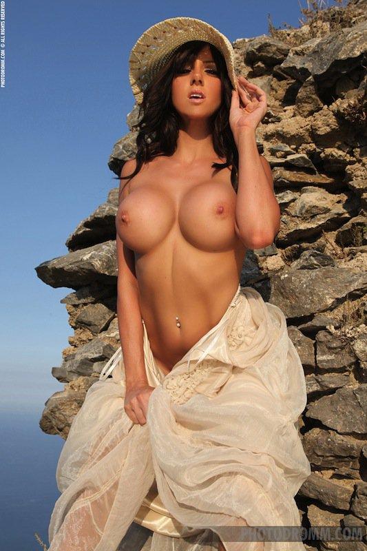 фото голых упругих сисек